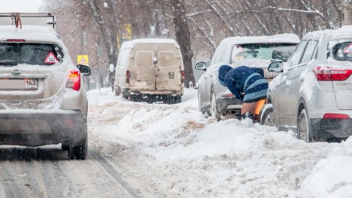 «Придётся поработать лопатами!»: мэрия поругала водителей, которые бросили авто на Кирова