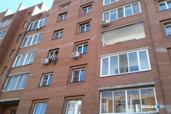 Взрывом выбило дверь и окно в квартире