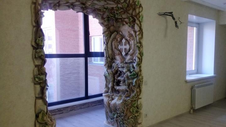 На левом берегу продают квартиру с крестом и ангелами в арке