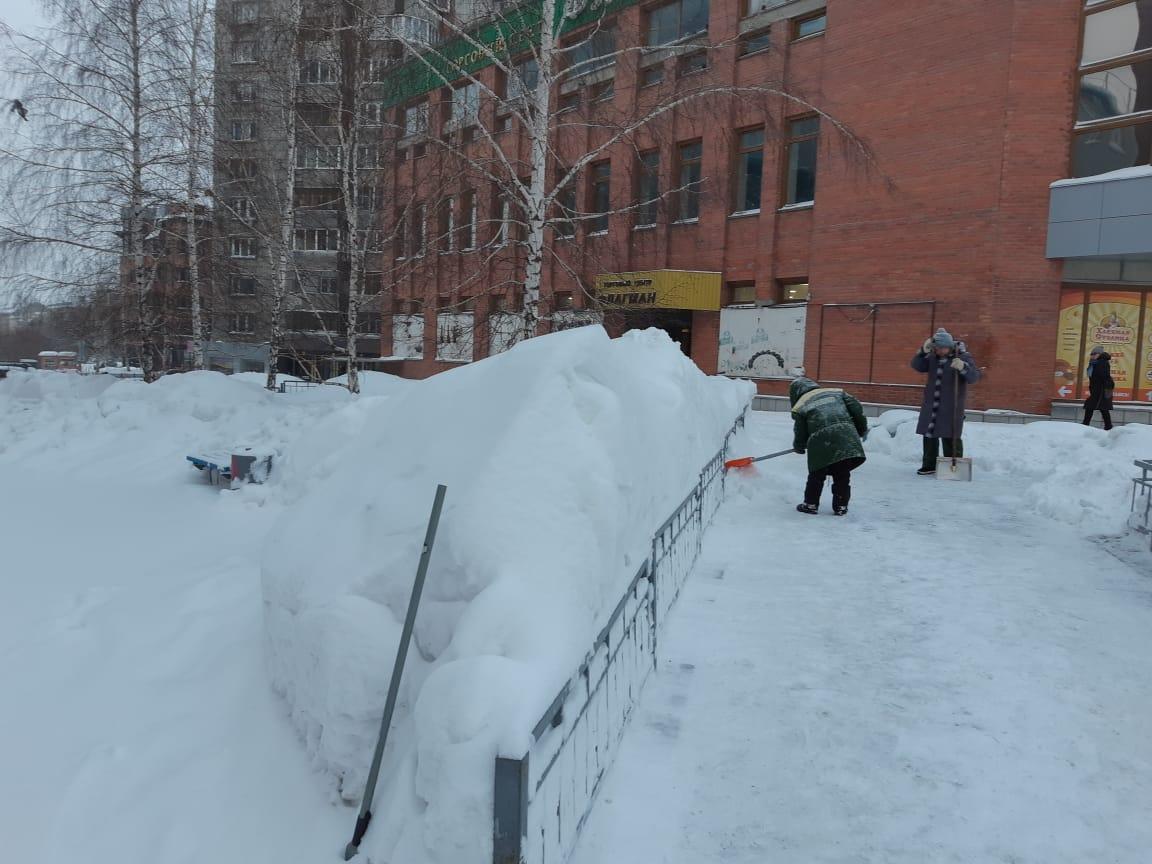 Снег пытаются убирать