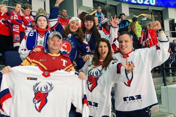 Пока наши игроки на льду, все нижегородские болельщики активно поддерживают их в фан-секторе
