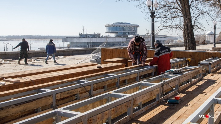 «Тут больше сотни строителей»: на Центральной набережной Волгограда сколачивают новый амфитеатр