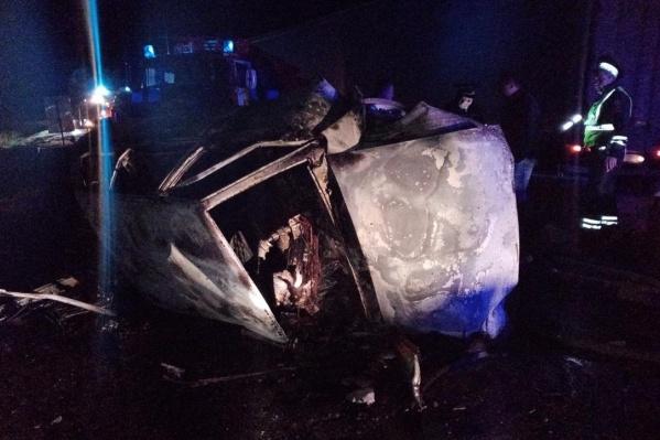 Водитель и его пассажиры не смогли выбраться из горящей машины