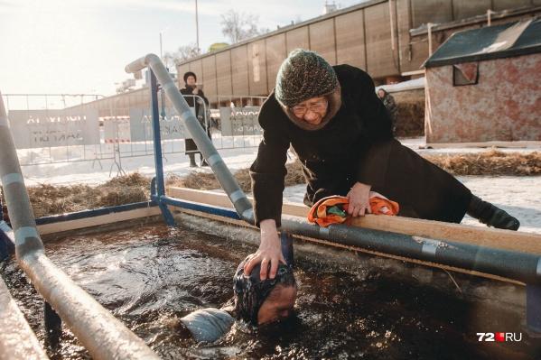 Вода в оборудованных купелях ледяная, но истинно верующих это ни капли не останавливало. От таких снимков погружения людей в студеную воду появляются мурашки на теле