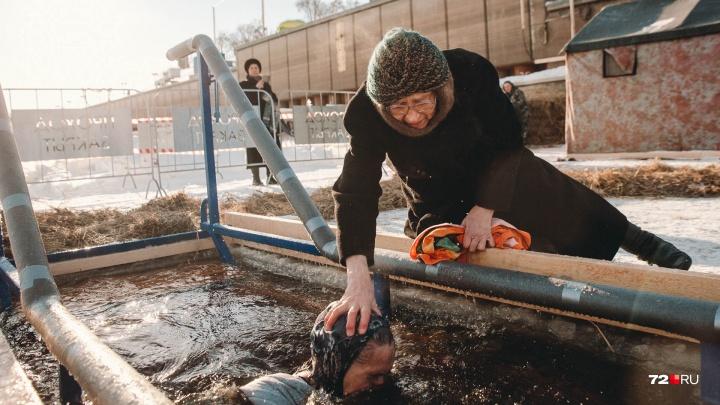 Поцелуй сестер милосердия и погружения в ледяную воду: 25 кадров с Крещения в Тюмени