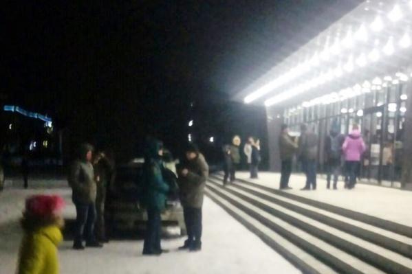Жителей дома эвакуировали в кинотеатр, который находится поблизости<br>