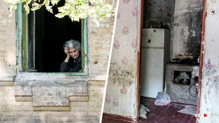 «Подливали йод и зеленку в еду»: слепая пенсионерка в Ростове живет в нищете. Ее кормят соседи