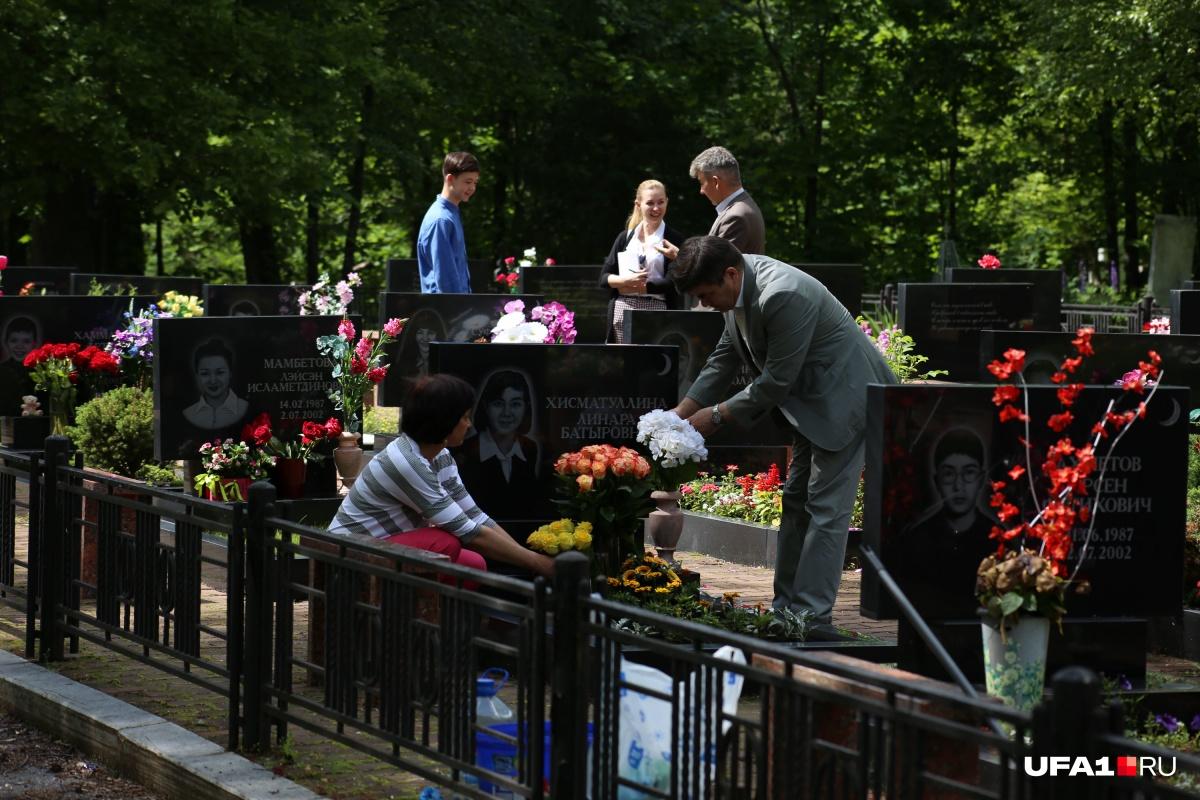 2 июля родители погибших в авиакатастрофе детей встречаются — на кладбище