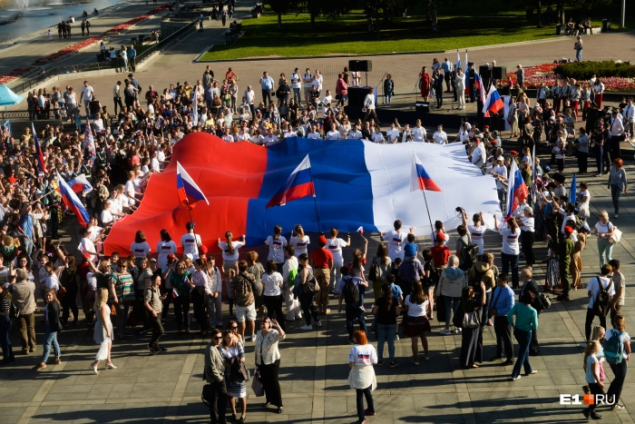 Горожане развернули флаг размером 10 на 15 метров