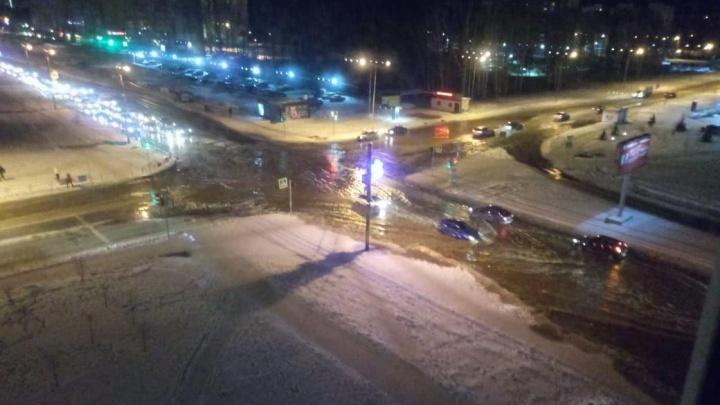 Крупный микрорайон Челябинска затопило из-за коммунальной аварии