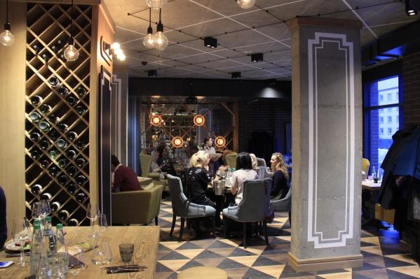 В ресторане часть стен превращена в винные полки