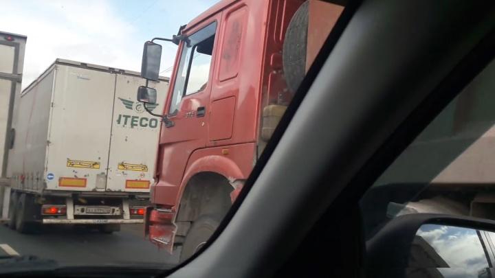 «Грузовики нарушают запрет»: водители пожаловались на пробки у Жигулевской ГЭС
