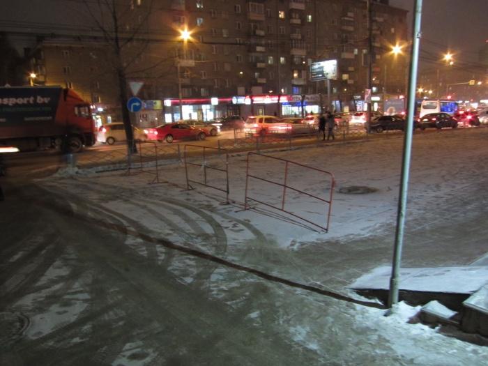 Парковку закрыли от людей, которые оставляют здесь машины до открытия ТЦ