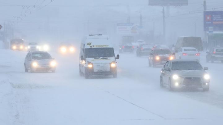 Буксующий транспорт, пробки 10 баллов, космические цены на такси: как Челябинск пережил снегопад