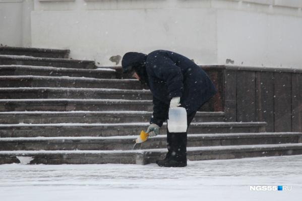 Сегодня, по словам медиков, пациентов сравнительно немного — потому что где-то уже сошёл лёд, а остальные пешеходные направления успели посыпать