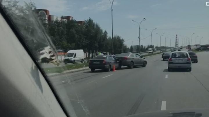 В Екатеринбурге произошла авария с участием четырех машин. Пострадал 13-летний подросток