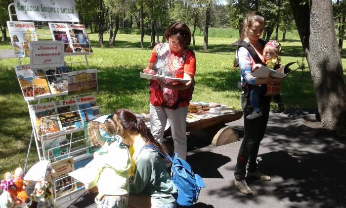 В кузбасском парке появился читальный зал с книгами и журналами (фото)