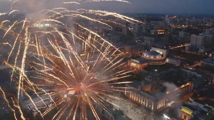 Новосибирский фотограф Вадим Махоров снял салют в честь Дня Победы с высоты птичьего полёта