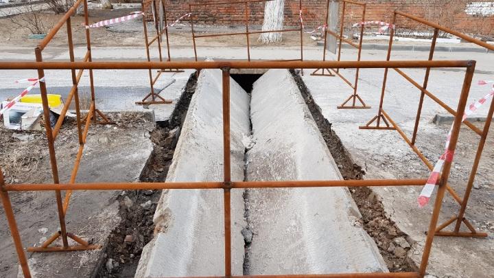 «Сквозь землю со стыда»: в Волгограде на улице Депутатской провалилась дорога
