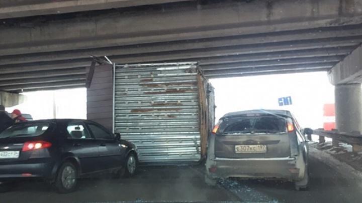 «Обронил случайно»: в Волгограде водитель фуры уронил на дорогу торговый павильон и уехал