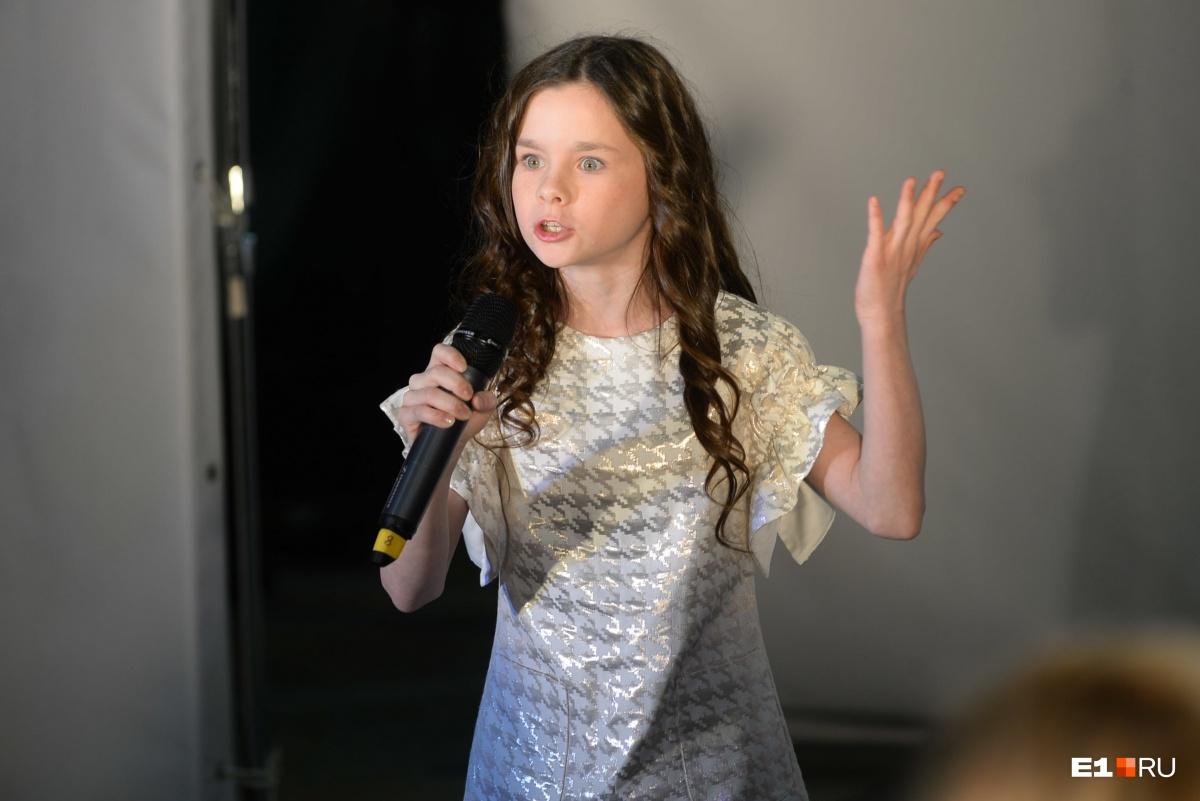 А эта юная поэтесса написала забавное стихотворение о том, как готовились участницы проекта