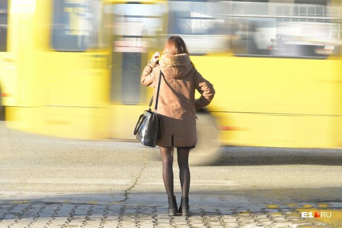 В ГИБДД советуют: не ждите зелёный, стоя близко к дороге