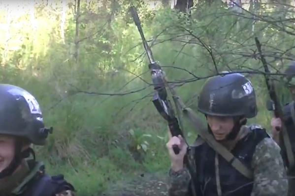 По лесисто-болотистой местности спецназовцы прошли семь километров