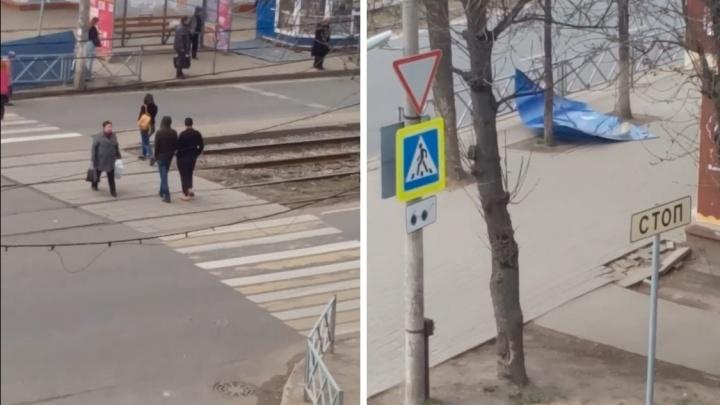 Кусок стены перелетел через дорогу: в Ярославле сдуло остановку