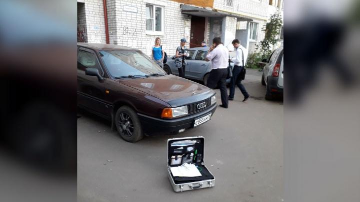 «Он сидел в странной позе». В Ярославле тело молодого мужчины нашли в его собственной машине