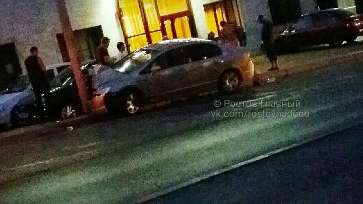 «Машина начала дымиться»: в Ростове Honda Civic врезалась в столб
