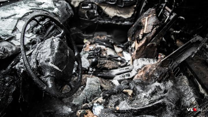 «Приехал навестить знакомую»: неизвестные подожгли Volkswagen гостя Волгограда
