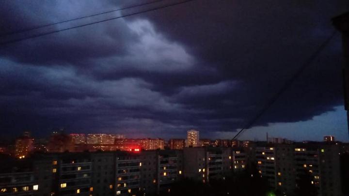 Небо над Екатеринбургом затянули жуткие тучи: подборка эффектных и пугающих снимков