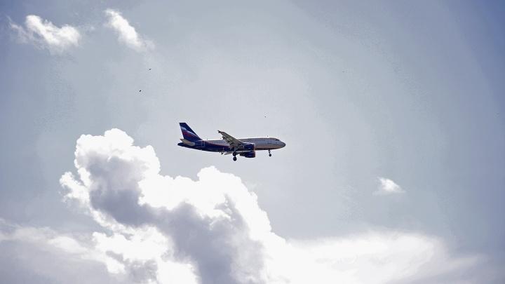 Летевший в Москву самолёт экстренно сел в Красноярске из-за неисправности в двигателе