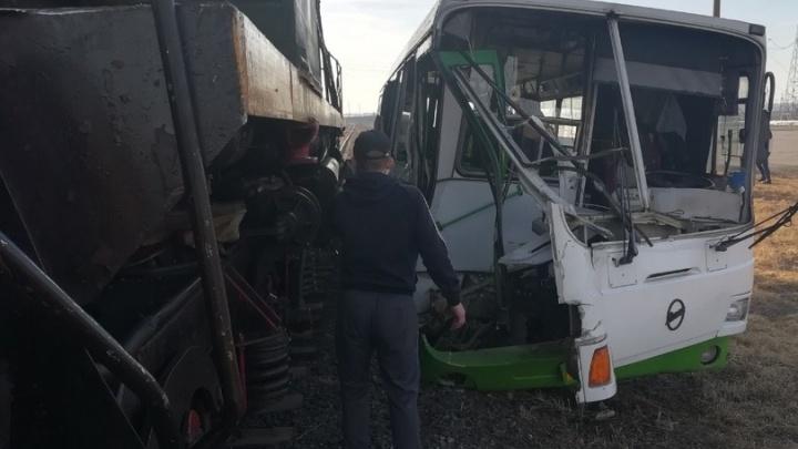 «Он выехал и встал»: опубликовано видео столкновения автобуса с локомотивом на переезде
