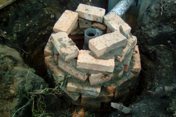Стоки из канализационных колодцев могли попасть в водовод с чистой водой