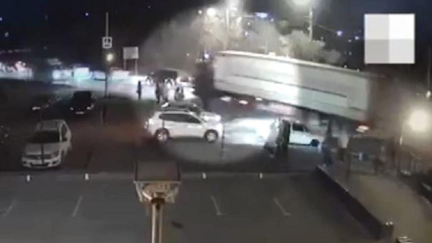 Едва разминулся со скорой: аварию с неуправляемой фурой в Волгограде зафиксировали видеокамеры