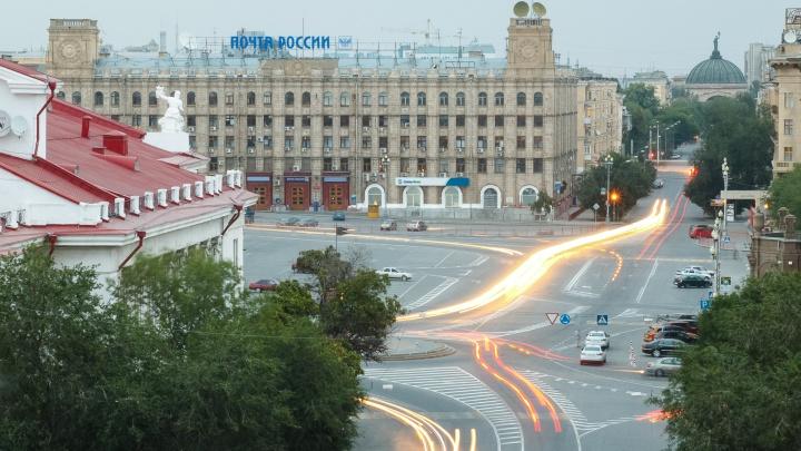 Кто не спрятался: центр Волгограда расчищают от брошенных на пути крестного хода машин