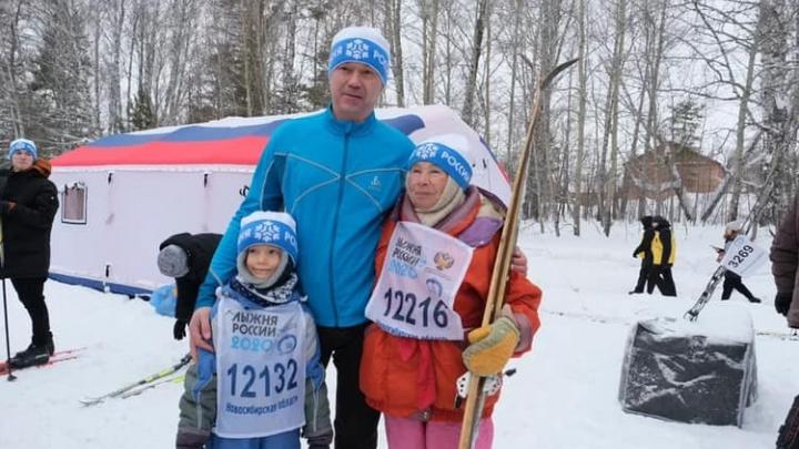 Первые бегут: губернатор, легендарная баба Зоя и 15000новосибирцев пробежали «Лыжню России»