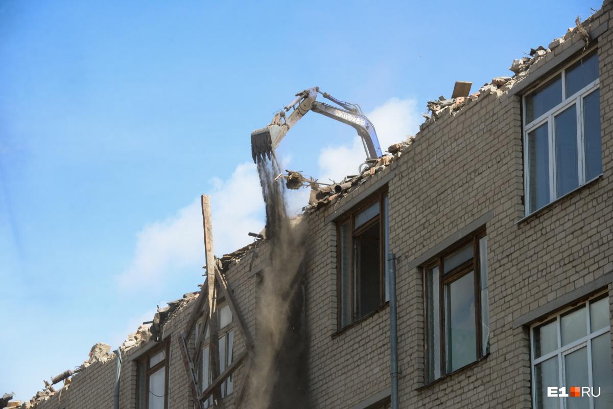 В Пионерском начали сносить четырехэтажное здание колледжа ради строительства высоток