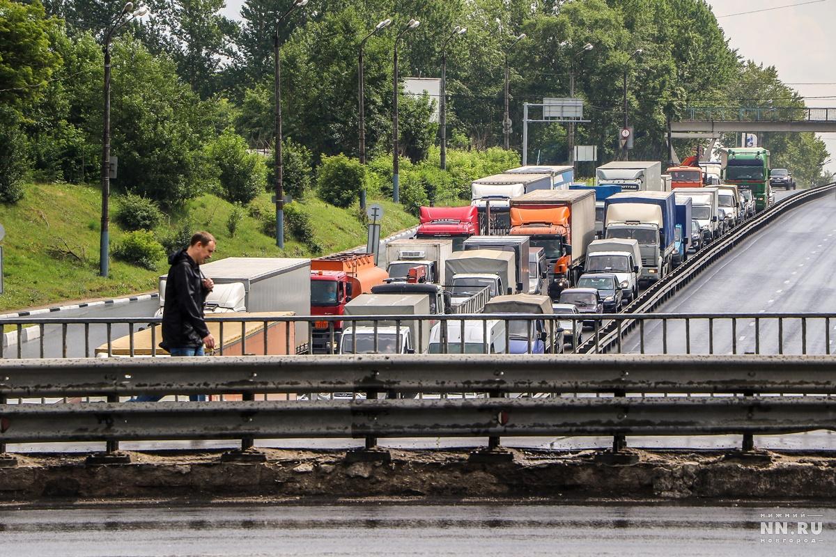 В пробках на подъезде к Мызинскому мосту люди тратят очень много времени