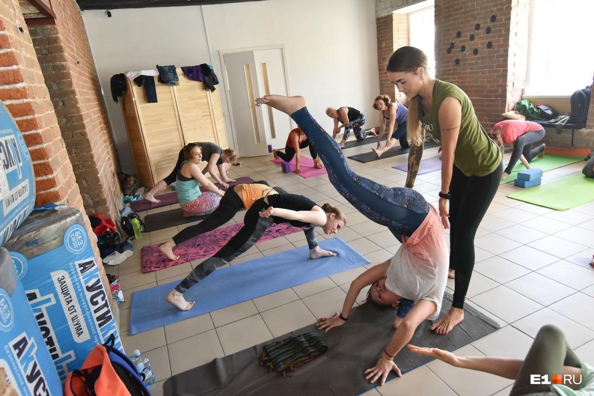 Ученикам она подсказывает, как правильно выполнять упражнения