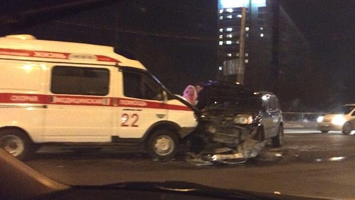 В «скорой» при аварии с проигнорировавшим её «Ниссаном» пострадала пациентка