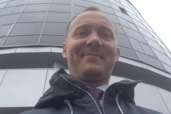 Организатор забега Алексей Деткин на фоне «Жемчужины», где пройдёт забег