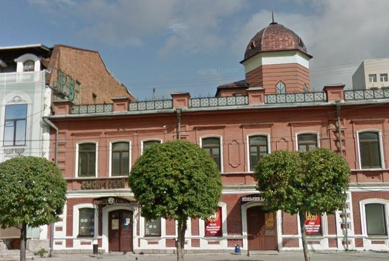 Один из магазинов «Сысертский фарфор» находится недалеко от перекрёстка Малышева и Пушкина