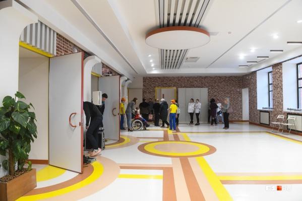 Цветные полоски на полу — способ навигации для людей с различными нарушениями здоровья