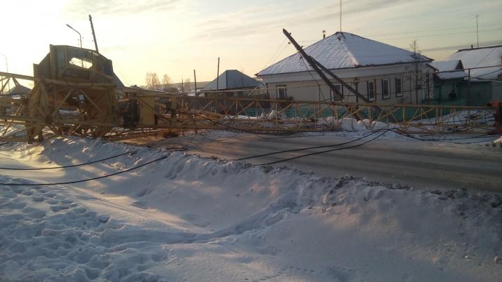 На Урале на стройплощадке жилого дома рухнул башенный кран, крановщик серьёзно пострадал