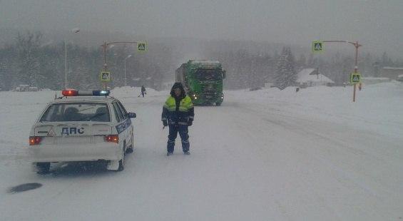 Загородные трассы закрывают для автобусов и грузовиков из-за сильной метели