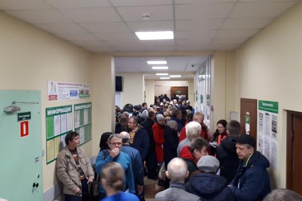 В коридорах Архангельского психоневрологического диспансера второй день тесно