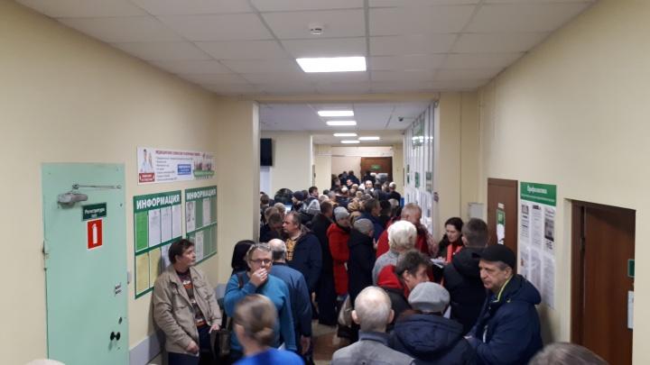 В коридорах — толпы: почему не протолкнуться в Архангельском психоневрологическом диспансере?