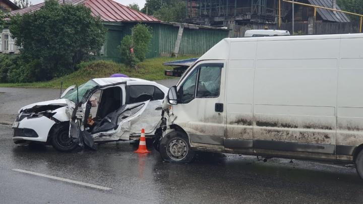 В Екатеринбурге Renault столкнулся с Mitsubishi и микроавтобусом. Четверо в больнице